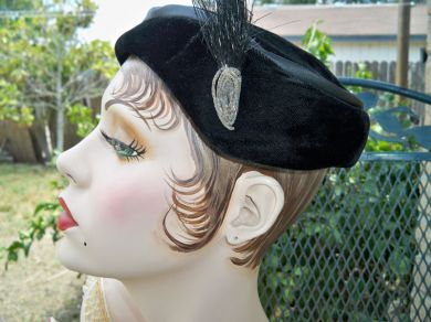 Vintage Ladies 1950s Black Velvet Feather Beaded Profile Hat